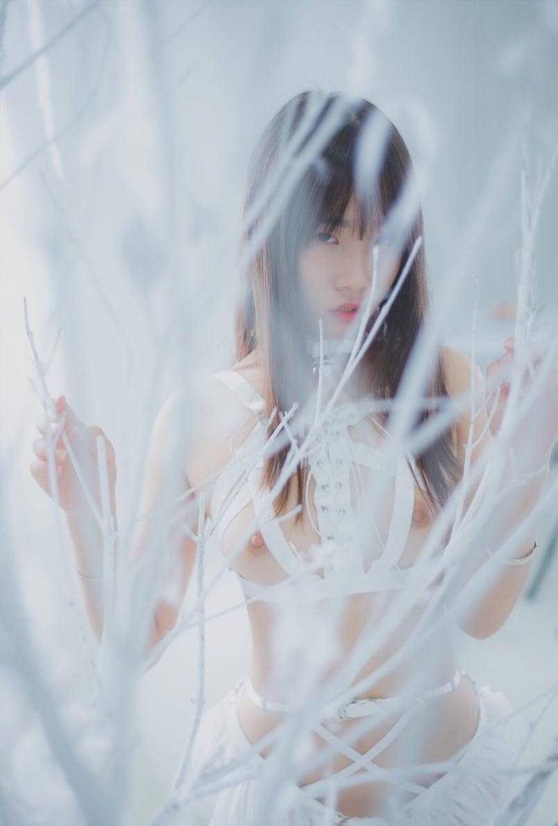 Yuzuki (柚木) in sexy white underwear